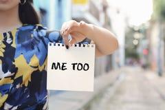 Kobieta pokazuje notepad z tekstem ja zbyt zdjęcia stock