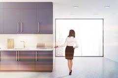 Kobieta pokazuje nowożytną kuchnię zdjęcia stock