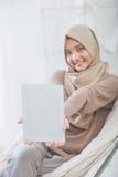 Kobieta pokazuje pastylka uśmiech i ekran kamera obraz royalty free