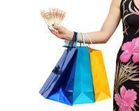 Kobieta pokazuje pieniędzy savings z al udziałem torba na zakupy Obrazy Royalty Free
