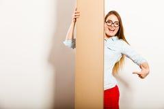 Kobieta pokazuje puste miejsce kopii przestrzeni sztandar Zdjęcie Stock