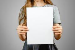 Kobieta pokazuje pustego białego dużego A4 papier Ulotki prezentacja PA Zdjęcie Stock