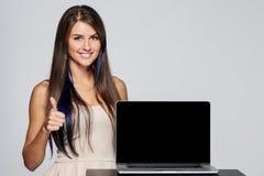 Kobieta pokazuje pustego czarnego laptopu ekran obraz stock