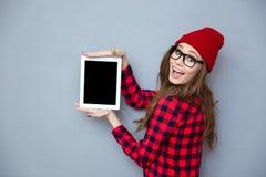Kobieta pokazuje pustego pastylka ekran komputerowego fotografia stock