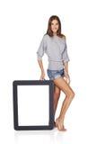Kobieta pokazuje pustemu miejscu pustego ekran z kopii przestrzenią Fotografia Stock