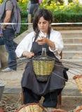 Kobieta pokazuje rzemiosło wikliniarstwo Fotografia Stock