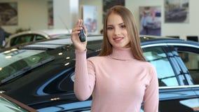 Kobieta pokazuje samochodowego klucz przy przedstawicielstwem handlowym zbiory wideo