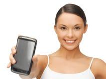 Kobieta pokazuje smartphone Fotografia Royalty Free