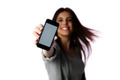 Kobieta pokazuje smartphone ekran zdjęcia royalty free