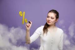 Kobieta pokazuje symbol procent Bank sprzedaży lub depozytu pojęcie Zdjęcia Stock