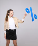 Kobieta pokazuje symbol procent Bank sprzedaży lub depozytu pojęcie Zdjęcia Royalty Free