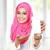 Kobieta pokazuje telefon komórkowego Zdjęcia Stock