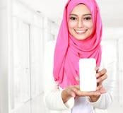 Kobieta pokazuje telefon komórkowego Obraz Stock
