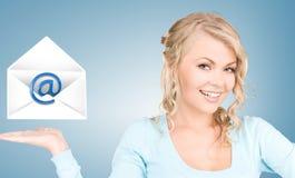 Kobieta pokazuje wirtualną kopertę Fotografia Stock