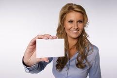 Kobieta pokazuje wizytówkę Zdjęcia Royalty Free