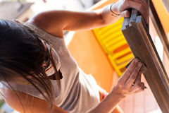 Kobieta poleruje okno z piaskiem obrazy stock