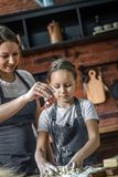 Kobieta pomaga córka z ciastem zdjęcie royalty free