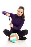 Kobieta pompuje salwy piłkę Zdjęcie Stock