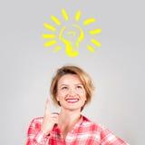 Kobieta pomysł, pokazuje palec up na żarówce fotografia royalty free