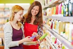 Kobieta porównuje kosmetyków produkty zdjęcie royalty free