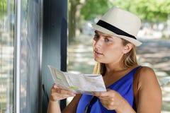 Kobieta porównuje mapę miasto trasy mapa obrazy royalty free