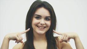 Kobieta portret piękno Atrakcyjna młoda kobieta pozuje w studiu nad białym tłem Ładna dziewczyna model z zdjęcie wideo