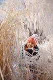 Kobieta portret w zima krajobrazie przy zmierzchem Fotografia Stock