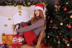 kobieta portret z czerwonymi nakrętki zimy bożymi narodzeniami Zdjęcie Royalty Free