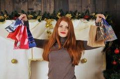 kobieta portret z prezentem pakuje boże narodzenia Zdjęcia Royalty Free