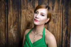 Kobieta portret z zieleni suknią Zdjęcia Royalty Free