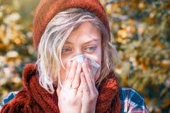 Kobieta portreta plenerowy kichnięcie ponieważ zimno i grypa zdjęcie stock