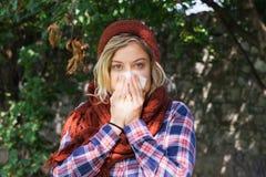 Kobieta portreta plenerowy kichnięcie ponieważ zimno i grypa obraz stock