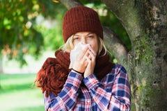 Kobieta portreta plenerowy kichnięcie ponieważ zimno i grypa fotografia stock