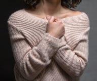 Kobieta portreta ramienia nagiego czarnego tła piękny uczucie obraz royalty free