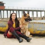 Kobieta portreta uściśnięcie jej Niemiecki pasterski pies Fotografia Royalty Free
