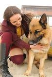 Kobieta portreta uściśnięcie jej Niemiecki pasterski pies Zdjęcia Royalty Free