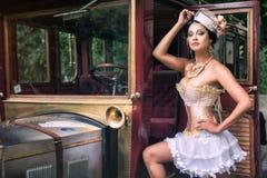 Kobieta pozuje nad retro samochodem obraz royalty free