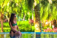 Kobieta pozuje w basenie, Sanya, Hainan, Chiny fotografia royalty free