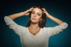 Kobieta pozuje w studiu na błękitnym tle obraz royalty free