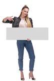 Kobieta pozuje z dużym nameplate odizolowywającym na białym tle fotografia royalty free