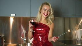 Kobieta pozuje z sparkler wino zbiory