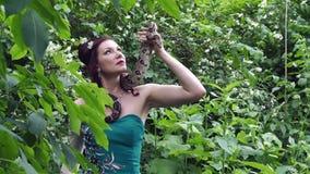 Kobieta pozuje z wężem wokoło jej szyi zbiory