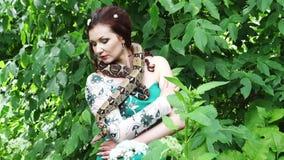 Kobieta pozuje z wężem wokoło jej szyi zbiory wideo