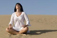 kobieta pozycji medytacji piasku. Obraz Stock