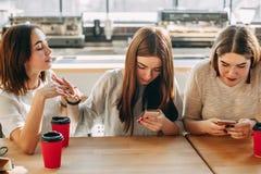 Kobieta próbuje mówić przyjaciele które ignorują ona zdjęcie stock