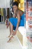 Kobieta Próbuje Na wysokość Heeled sandałach fotografia stock