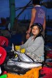 Kobieta pracownicy są zbierający rybołówstwo i sortujący w kosze po długiego dnia połowu w Hon Ro porcie morskim, Nha Trang miast Zdjęcia Royalty Free