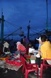 Kobieta pracownicy są zbierający rybołówstwo i sortujący w kosze po długiego dnia połowu w Hon Ro porcie morskim, Nha Trang miast Obraz Stock