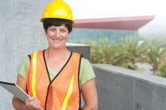 Kobieta pracownik budowlany w ciężkim kapeluszu Fotografia Royalty Free