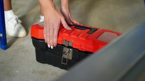Kobieta pracownik otwiera toolbox i wp8lywy młot zdjęcie wideo